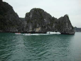 Speedboats racing through the rocks towards the Pearl farm